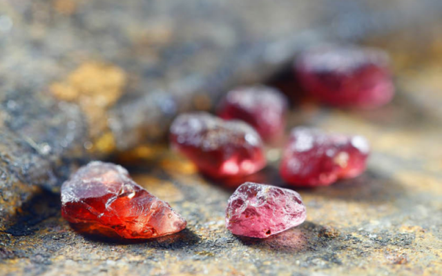Đá Garnet đỏ thiên nhiên